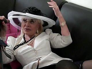 Irma une vielle bourgeoise baisé_e par 2 mecs