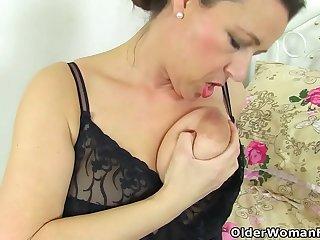English milf Eva Jayne dildo fucks her shaven fanny