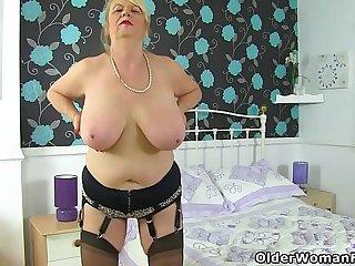 English gilf Elle slides a dildo into her old fanny